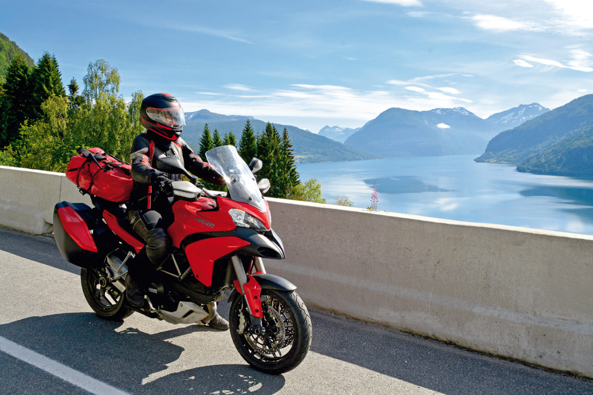 Rotes Motorrad von Norwegischem Fjord