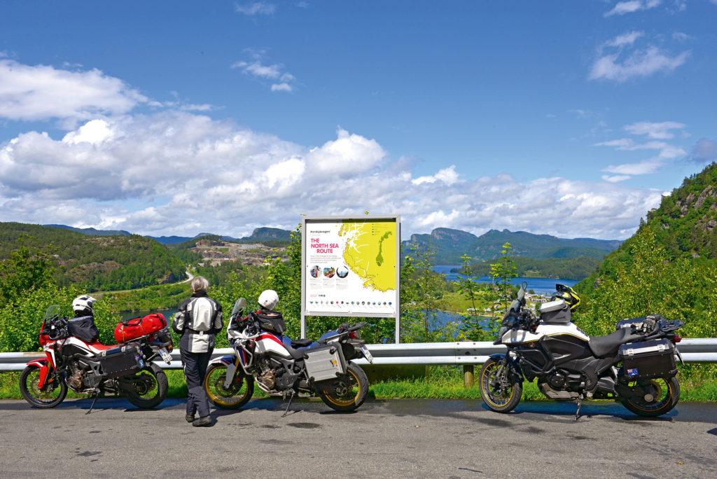 Motorräder bei Pause in Norwegen