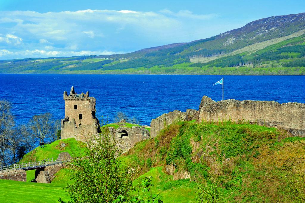 Burg in Schottland vor einem Loch